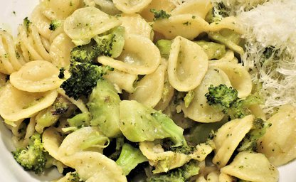 Creamy chicken broccoli pesto pasta